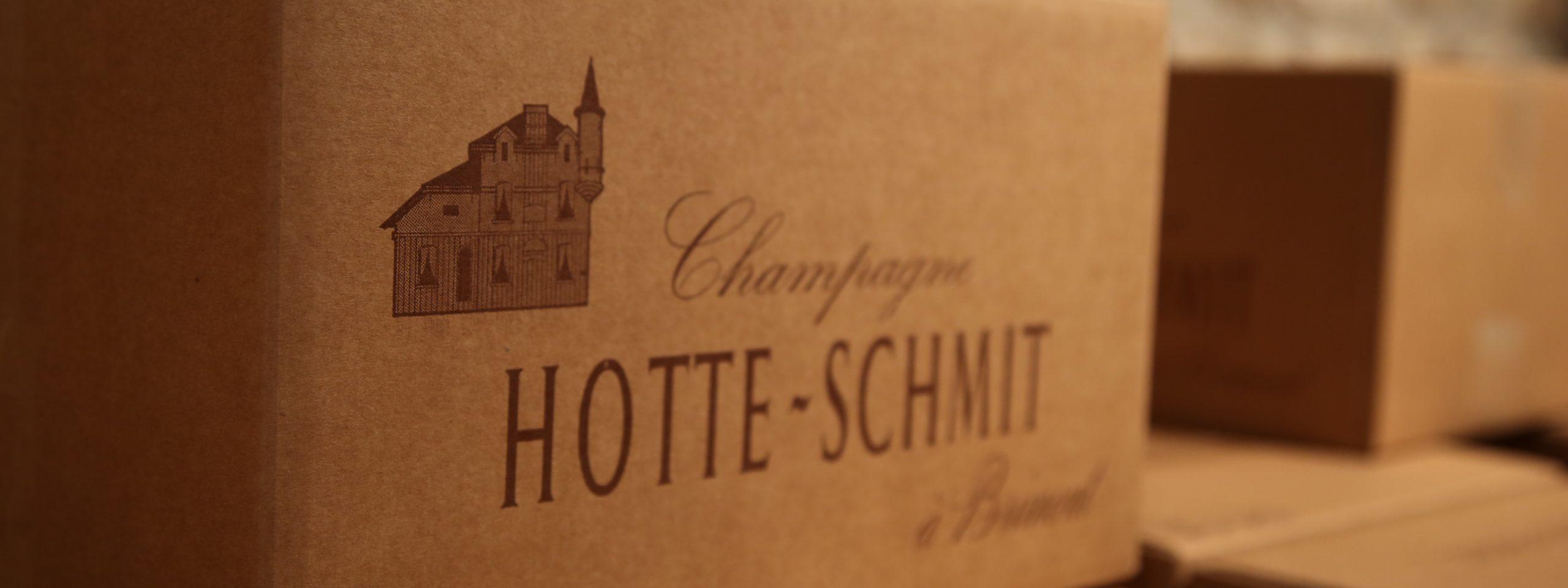 Un carton sur lequel est écrit «Champagne Hotte-Schmit».