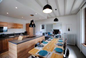 La cuisine toute équipée, le coin repas et sa grande table