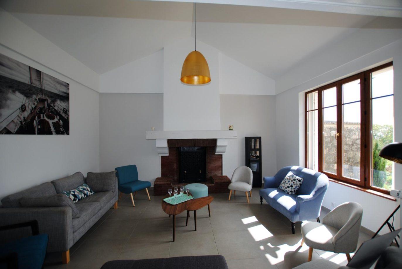 Le salon de lecture et sa vaste cheminée