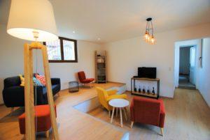 Le salon cocooning, sa télé et ses comfortables fauteuils