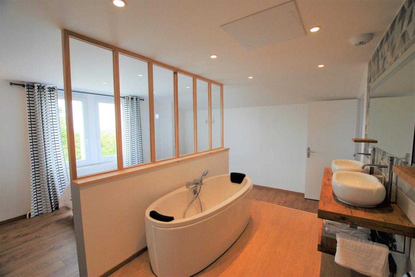 La salle de bain de la suite parentale et sa baignoire ovale