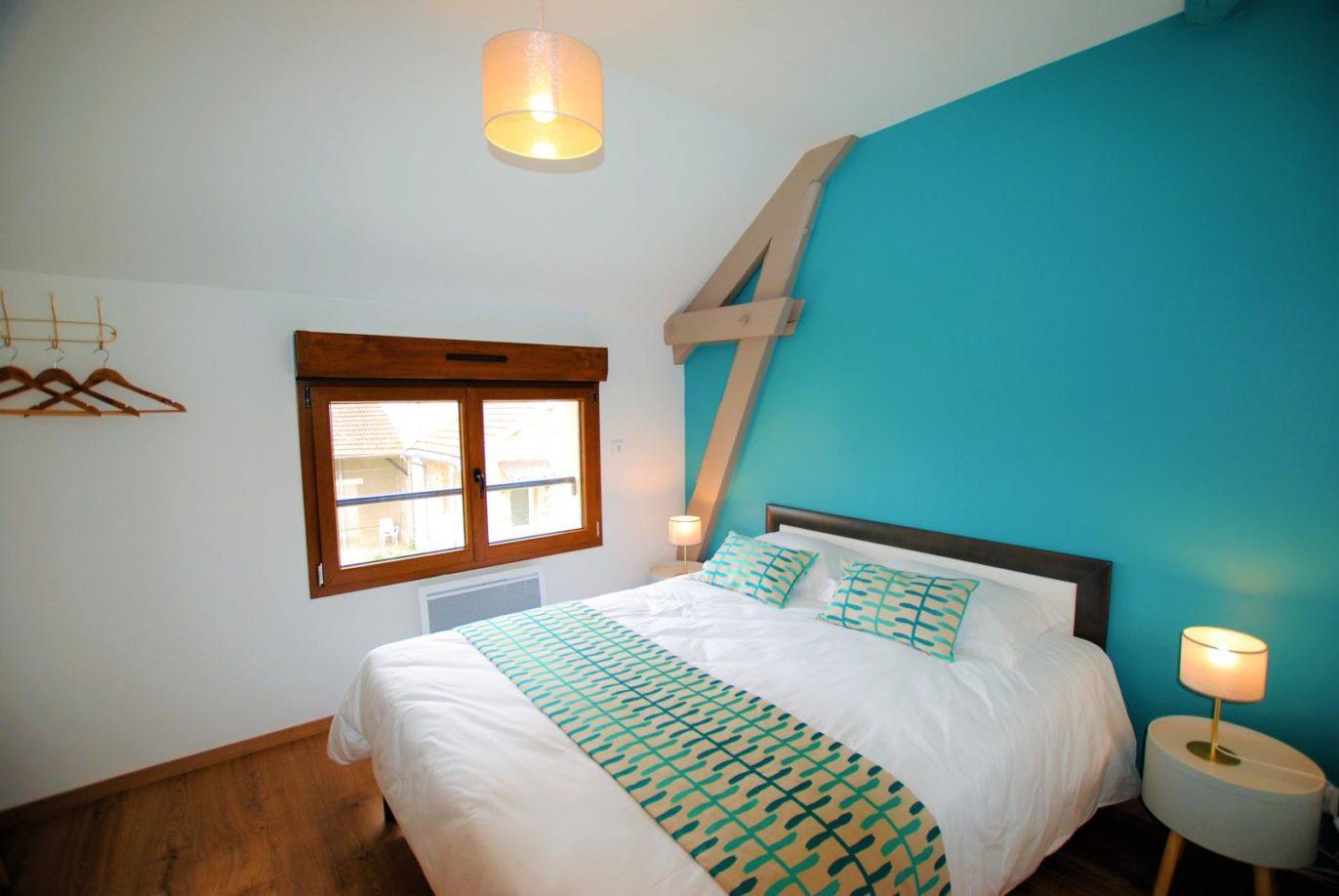La chambre turquoise et son grand lit double