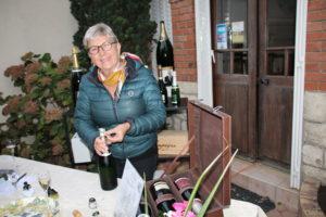 Martine Hotte ouvrant une bouteille de champagne